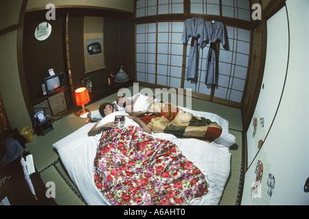 chambre traditionnelle japonaise dans un ryokan avec. Black Bedroom Furniture Sets. Home Design Ideas