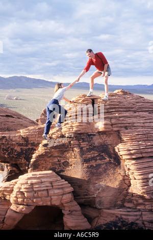 Aider les randonneurs à l'randonneur haut de la Vallée de Feu Park NEVADA USA Banque D'Images