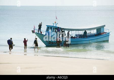 Bateau ramasser des touristes sur une plage Ko Phangan Koh Phangnan Golfe de Thaïlande La Thaïlande Banque D'Images