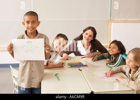 Les élèves et l'enseignant avec des dessins en classe Banque D'Images