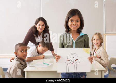 Les élèves et l'enseignant en classe de dessin Banque D'Images