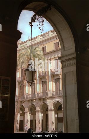 Porte à côté de Las Ramblas de Barcelone montrant immeuble dans barrio gotico avec une lampe de rue Banque D'Images
