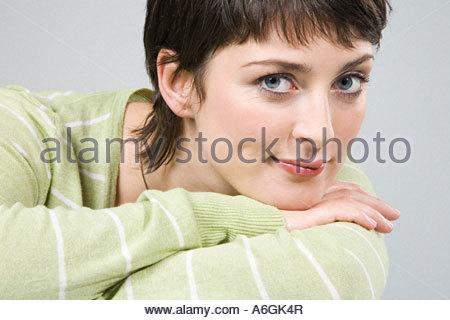 Femme appuyée sur son bras Banque D'Images