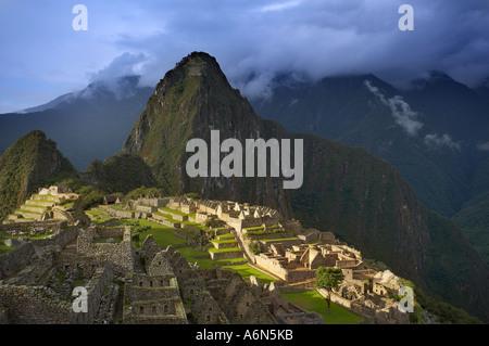Les nuages de tempête sur le Machu Picchu Pérou Amérique du Sud