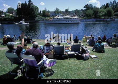 USA Washington Seattle Famille regarder le défilé d'ouverture de bateaux par Montlake couper au début de mai Banque D'Images