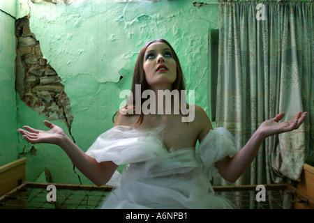 Abasourdi femme de chambre délabrée magnifiquement Banque D'Images