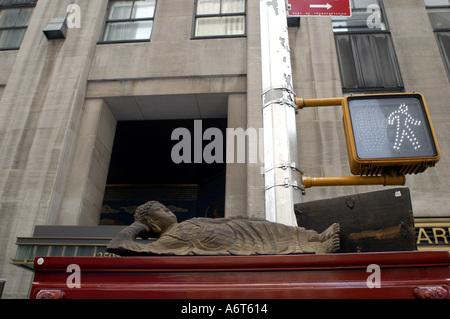 Portant la figure d'Asie à vendre dans un marché de rue dans la 6e Avenue, Manhattan New York Nano Calvo écrit visuelle Banque D'Images