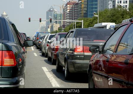 Les longues files de voitures attendre lors d'un embouteillage sur une autoroute du centre-ville de Beijing, Chine. Banque D'Images