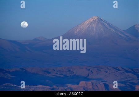 L'Anfiteatro Valle de Luna désert Atacama N Chili le volcan Licancabur chevauche la frontière internationale Moonrise Banque D'Images