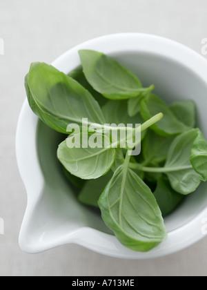 Les feuilles de basilic au mortier sur lin naturel - haut de gamme image numérique Hasselblad 61Mo Banque D'Images