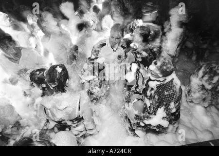 Un couple baiser lors d'une partie en mousse Banque D'Images