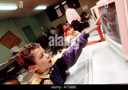 PARIS FRANCE, enfants français à l'École au moyen d'ordinateurs personnels, jeune garçon pointant à l'écran Banque D'Images