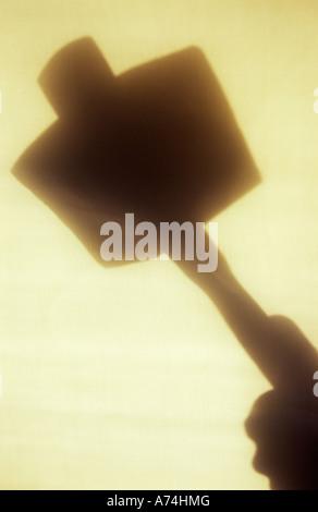 Dans l'Ombre lumière chaude sur un chiffon ou pâle de rideau à tête carré en bois marteau ou maillet Banque D'Images