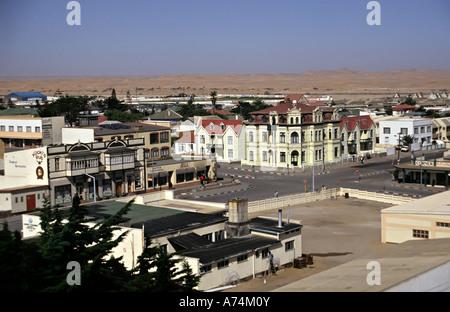 Ville de Swakopmund avec l'Allemand a influencé l'architecture entourée par le désert de Namibie Banque D'Images