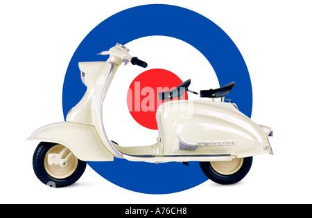 Jouet blanc Lambretta scooter contre le MOD symbole sur un fond blanc, pur. Banque D'Images