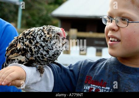 Chick mouchetée d'être aimé par un jeune homme dans la ferme familiale à l'automne rhs flower show malvern Royaume-Uni 06 worcestersire