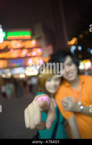 Couple, se concentrer sur girl's finger pointing at camera Banque D'Images