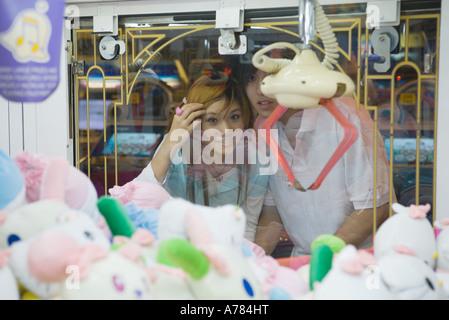 Teenage couple looking at toy saisissant jeu Dans Jeux vidéo Banque D'Images