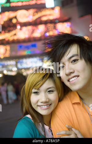 Jeune couple, néons en arrière-plan, Portrait Banque D'Images