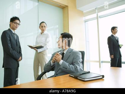 Les dirigeants d'working in office