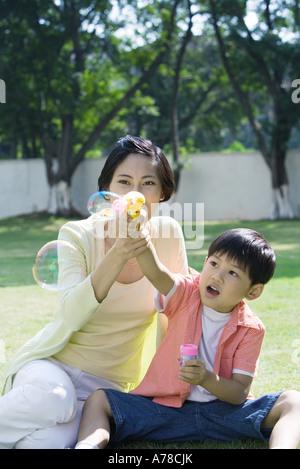Mère et fils faire des bulles Banque D'Images
