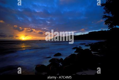 Un magnifique coucher de soleil sur l'Anse Intendance Mahe Seychelles Banque D'Images