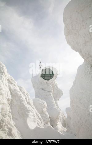 Les communications par satellite dish couvertes de neige Neige arbres couverts de glace monstres hakkoda aomori Banque D'Images
