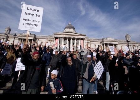 Les caricatures danoises au manifestant musulmans réunis à Trafalgar Square pour écouter interventions avec des Banque D'Images