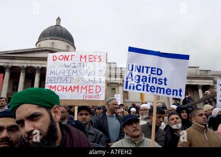 Les caricatures danoises au manifestant musulmans réunis à Trafalgar Square pour écouter interventions Banque D'Images