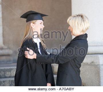 Diplômé étreindre sa mère Banque D'Images