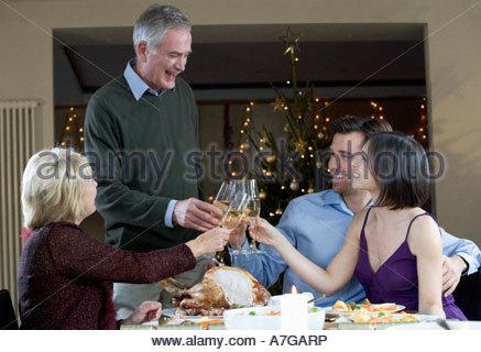 Une famille de célébrer Noël avec un verre de champagne Banque D'Images