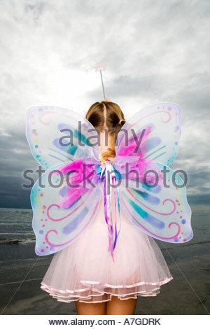 Une jeune fille portant un costume de fée Banque D'Images
