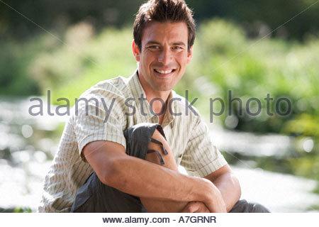 Jeune homme assis au soleil Banque D'Images