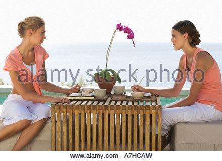 Deux jeunes femmes de manger des sushis Banque D'Images