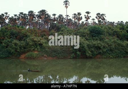Pirogue sur le fleuve Gambie Le Parc National de Niokolo Koba au Sénégal Banque D'Images