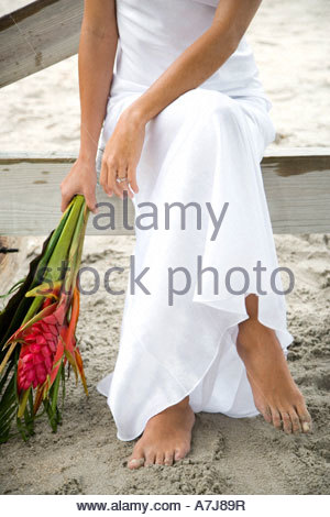 Une bride sitting on a beach Banque D'Images
