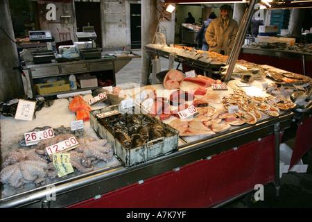 Marché aux poissons de Venise célèbre Prescaria à proximité du pont du Rialto et le Grand Canal vend du poisson frais local Italie Europe EU