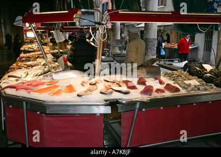 Célèbre Marché aux poissons du monde Prescaria près du Pont du Rialto, Venise Italie Europe centrale populaire auprès des touristes
