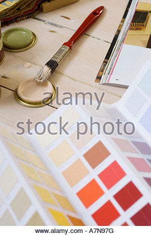 Petit pinceau peinture rouillés magazine bricolage et des couleurs du nuancier sur marbre close up still life Banque D'Images