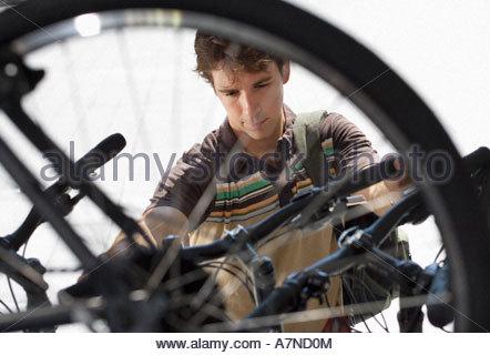 Man shopping for new bike Bicycle shop en vue à travers l'accent sur roue Arrière-plan Banque D'Images