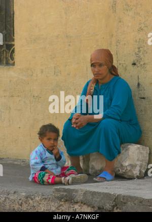 Femme égyptienne et de l'enfant assis dans une rue au Caire Banque D'Images
