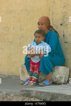 Femme égyptienne et de l'enfant assis dans une rue Banque D'Images