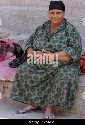 Grande Femme égyptienne Sitting Outdoors Banque D'Images