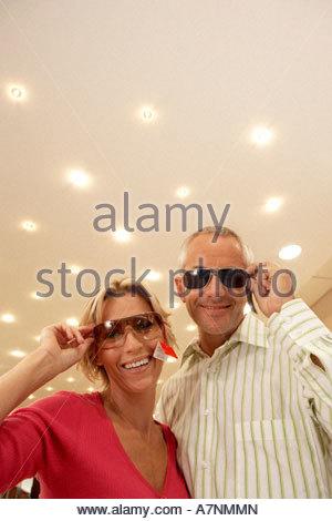 744d377b7ddf9b ... D âge mûr d essayer sur des lunettes de soleil dans shop price tag