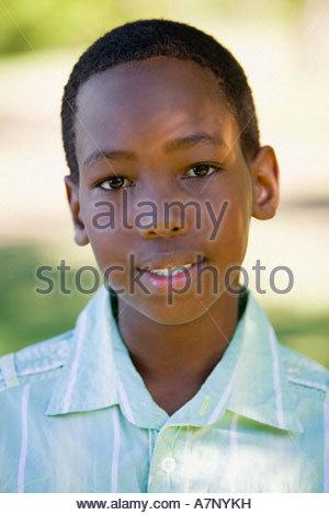 Boy 810 portant shirt smiling close up portrait vue avant Banque D'Images