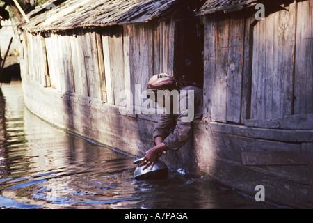 Femme travaillant à son yacht, l'Inde, au Cachemire, Srinagar