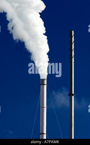 La pollution industrielle / Une cheminée crache la fumée dans l'air.Victoria de Melbourne en Australie. Banque D'Images