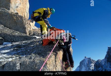 Richard Mansfield et Vaila Macdonald randonnées dans les montagnes près de Chamonix alpes Banque D'Images