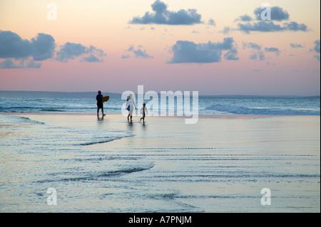 Balades en famille sur la plage de la côte du Mozambique Mozambique Barra au crépuscule Banque D'Images