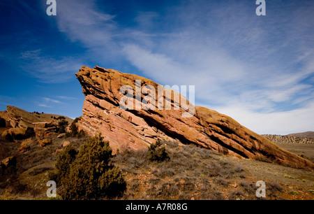 Red Rocks dans le Colorado sur une journée ensoleillée avec un ciel bleu et nuages blancs gonflés Banque D'Images